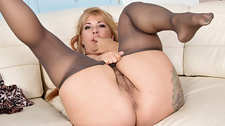 Hairy milf Joclyn Stone gets putrescent beyond in pantyhose